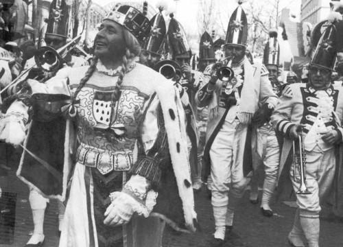 Hans Becker als Kölner Jungfrau Johanna im Rosenmontagszug 1968. Ein Jahr später wurde er Präsident der Prinzen-Garde!