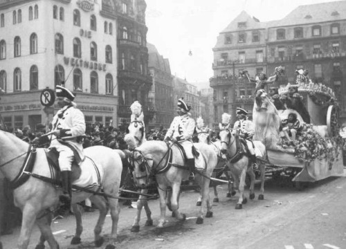 Die Prinzen-Garde begleitet Prinz Karneval Fritz Riese im Rosenmontagszug 1936